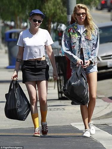 Kristen Stewart là một trong những nữ diễn sở hữu nhan sắc khả ái và thân hình đẹp nhất Hollywood. Thế nhưng, thời trang đường phố của cô lại thiên về thoải mái và đơn giản.