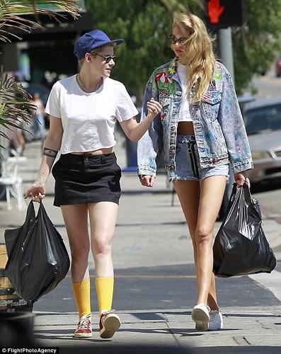 """Mới đây, nữ diễn viên cùng bạn gái Stella Maxwel """"tay trong tay"""" đến khu mua sắm sang trọng Rodeo Drive, LosAngeles."""