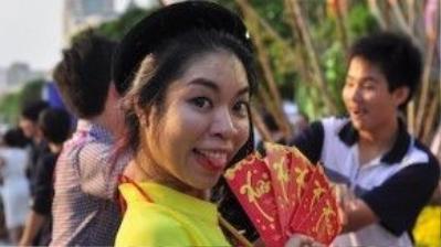Các bạn trẻ nô nức đến phố đi bộ để chụp lại những bộ ảnh kỷ niệm. Ảnh: Vũ Nguyễn.