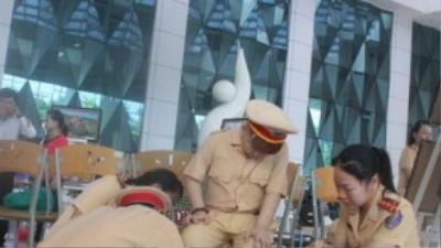 Các đoàn viên, Hội phụ nữ phòng PC 67 mang giày cảnh sát cho Dũng. (Ảnh: Tuổi Trẻ)