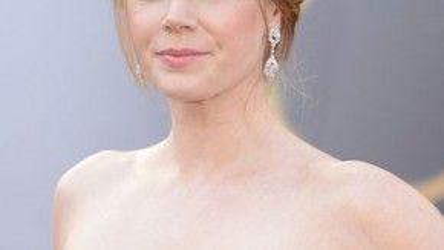 Nếu bạn đang tìm kiếm một kiểu tóc đơn giản nhưng thanh lịch, hãy tham khảo lựa chọn của Amy Adams. Búi gọn phía sau và dùng các lọn tóc mái ôm lấy gương mặt, diễn viên của Enchanted khoe được bờ vai thon và đôi mắt hút hồn.