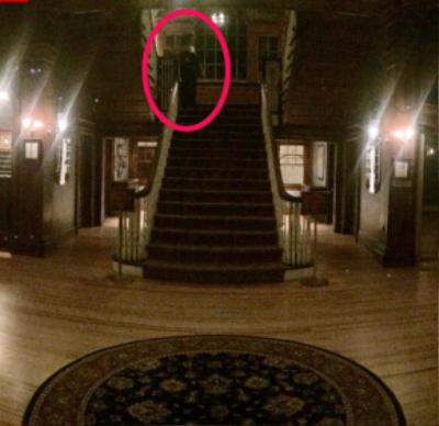Một người phụ nữ trong trang phục cầu kỳ đứng cạnh một đứa trẻ trên cầu thang trong khách sạn Stanley. Ảnh: Henry Yau/Instagram