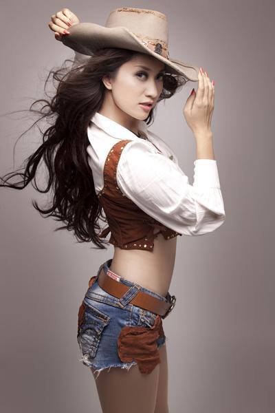 """Hình ảnh của Khánh Thi còn được biết đến rộng rãi qua các chương trình giải trí. Không chỉ """"đốt mắt"""" fan khi người mẫu ảnh nhờ thân hình quyến rủ, Khánh Thi còn nổi bật trong vai trò giám khảo tại các chương trình tìm kiếm siêu mẫu hay các cuộc thi khiêu vũ trên truyền hình."""