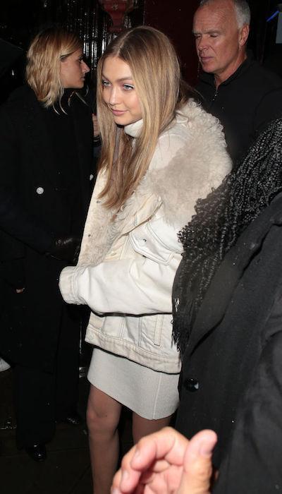 Gigi Hadid trang điểm eyeliner màu trắng vào năm ngoái.