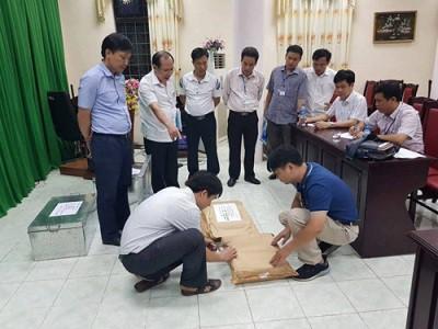 Tổ công tác của Bộ GD-ĐT tiến hành rà soát công tác chấm thi tại Hội đồng thi Sở Giáo dục và Đào tạo Hà Giang. (Ảnh: Bộ Công an)