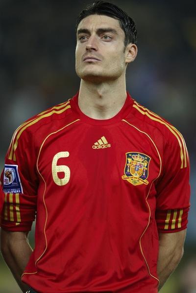 Albert Riera là cầu thủ 32 tuổi người Tây Ban Nha, anh được đưa về Liverpool năm 2008 với giá 8 triệu bảng. Ngay tại mùa giải đầu tiên thi đấu ở Liverpool, Riera đã chiếm được vị trí thi đấu chính thức ở vị trí tiền vệ cánh trái và đóng góp không nhỏ vào danh hiệu á quân Premier League của Liverpool mùa giải đó.