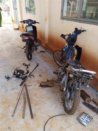 Xe máy của nhóm đối tượng trộm chó bị dân làng thu giữ. Ảnh: Tổ Quốc