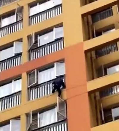 Cháu trai 3 tuổi rơi xuống ban công tầng 6, ông nội bất chấp nguy hiểm trèo xuống giải cứu - Ảnh 3.