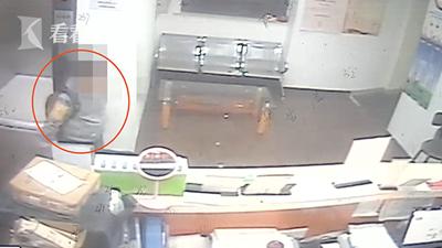 """Cậu bé tiểu học này bỏ nhà """"đi bụi"""", sau đó xin làm nhân viên tại một khách sạn ở Thượng Hải, Trung Quốc"""