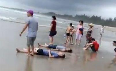 Các nạn nhân được người dân đưa lên bờ. Ảnh: báo Thanh Tra