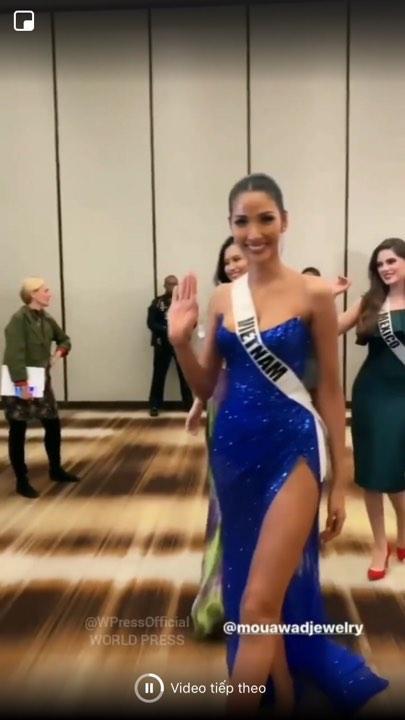 Hoàng Thùy diện váy xanh cúp trên, xẻ dưới thu hút ống kính truyền thông quốc tế.