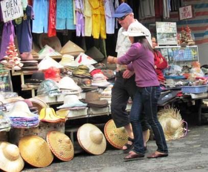 Từ 1/8, cá nhân có hành vi nài ép khách du lịch mua hàng hóa, sử dụng dịch vụ sẽ bị phạt từ 1 – 3 triệu đồng (Ảnh: sưu tầm)