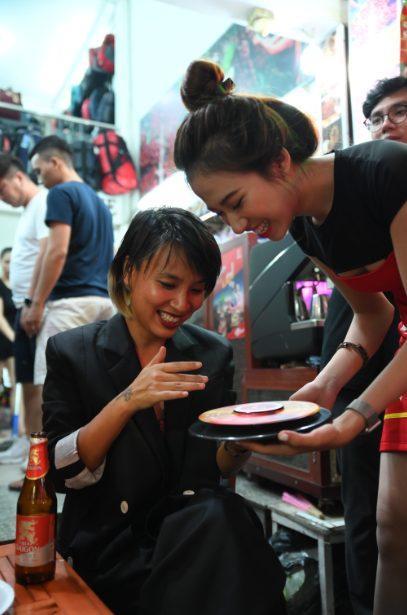 Anh chàng l blogger Khoai Lang Thang cùng VJ Thùy Minh hào hứng tham gia trò chơi của Bia Saigon.