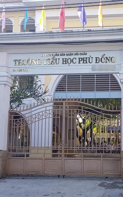 Người nhà cháu bé chờ trước khoa cấp cứu của bệnh viện Đà Nẵng.
