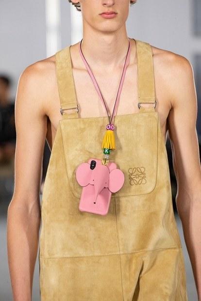 """Sau những chiếc túi phom hình hộp """"gây bão"""", liệu Loewe chuẩn bị tạo nên xu hướng với lối dùng case điện thoại làm vòng cổ cực kỳ xinh yêu thế này?"""
