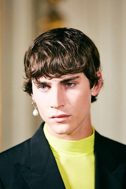 Cách mang hoa tai ngọc trai một bên của Givenchy tưởng không hợp mà hóa ra lại hợp không tưởng.