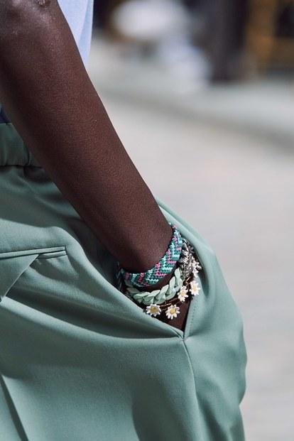 Vòng tay hoa của Louis Vuitton là một item unisex, phù hợp với cả nam lẫn nữ.