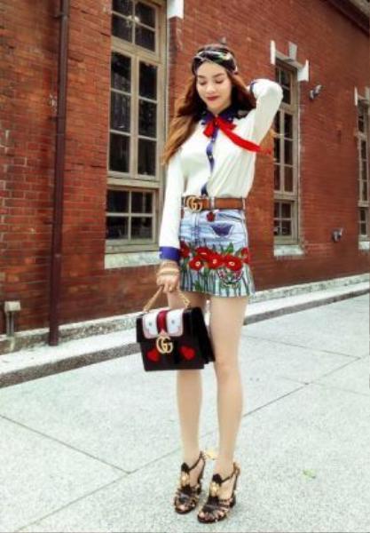 Trong một chuyến đi công tác nước ngoài, Hồ Ngọc Hà diện cả cây Gucci cùng chiếc túi xách Gucci Marmont Heart với phần khóa GG truyền thống cùng họa tiết trai tim in nổi.