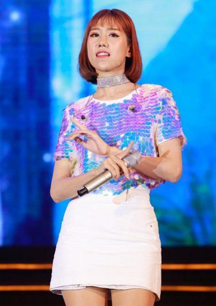 Người mặc bộ quần áo này mà còn có Min. Không những thế để làm nổi bật vẻ đẹp cá tính của mình, Min đã chọn cho mình chân váy ngắn và vòng cổ choker khá nổi bật, thay vì quần jean như các mỹ nhân khác.