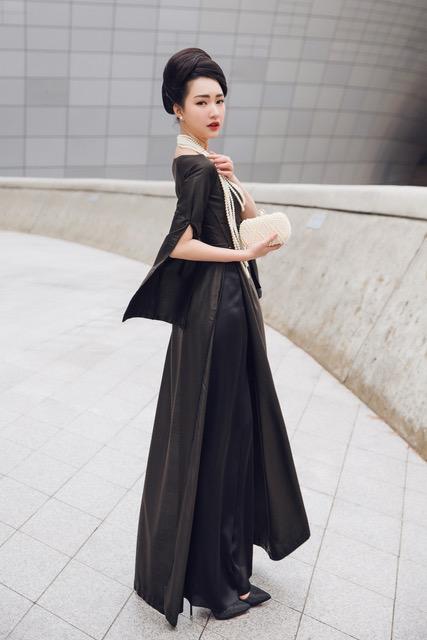 Trong ba ngày xuất hiện tại sự kiện Seoul Fashion Week, Ngọc Trân đã để lại ấn tượng mạnh mẽ trước các tín đồ thời trang và phóng viên quốc tế nhờ vào sự thông minh khi lựa chọn trang phục truyền thống áo dài Việt để tỏa sáng.