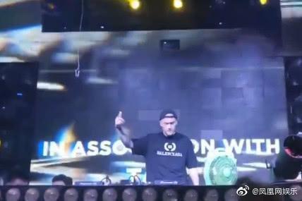Tưởng Kình Phu làm DJ ở bar, hình xăm trên tay cùng với chiếc đồng hồ vàng lớn trên tay vô cùng bắt mắt ảnh 0