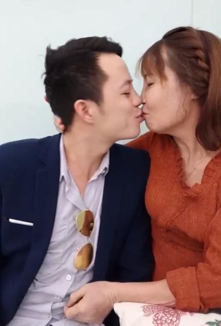 Cả hai liên tục dành cho nhau nụ hôn khi livestream.
