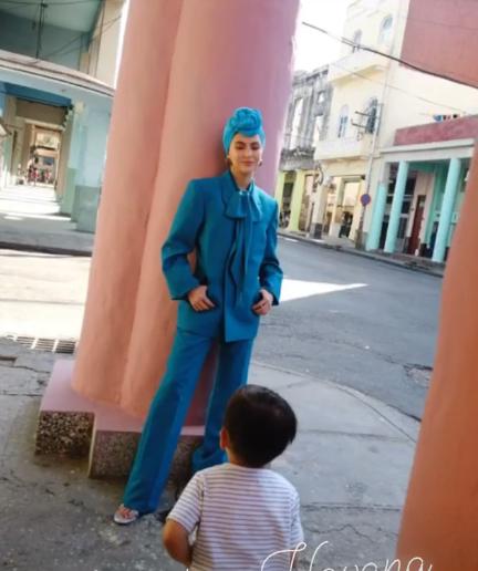 Dù Côn Lăng đi chụp ảnh ở Cuba xa xôi thì Châu Kiệt Luân vẫn có cách phát bánh gato ảnh 11