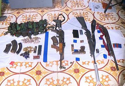 Vũ khí cảnh sát thu được sau khi tiêu diệt hai trùm ma tuý. Ảnh: Sơn Tùng