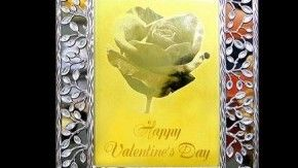 Thiệp valentine mạ vàng kích thước 13 x 18cm có giá 2,5 triệu đồng, thiệp có kích thước 20 x 30cm có giá 6 triệu đồng, do một doanh nghiệp Việt sản xuất.