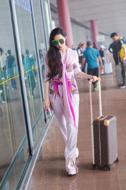 Cô khoác lên mình thiết kế màu hồng, tone sur tone với túi xách lẫn giày bệt.