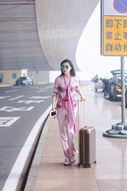 Phạm Băng Băng xuất hiện tại sân bay với vẻ ngoài thanh lịch đơn giản.
