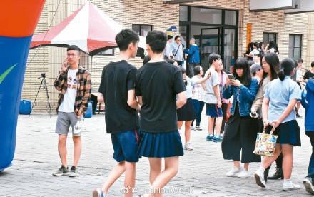 Nam sinh mặc váy tới trường.