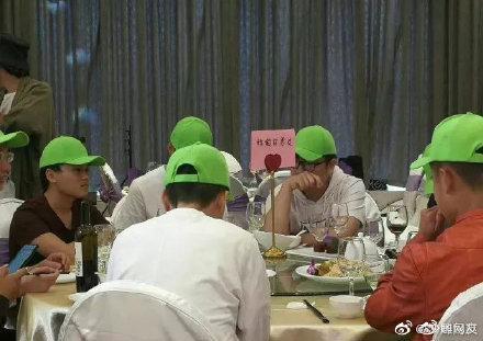 """Khi tới dự đám cưới, nhóm khách mời """"đặc biệt"""" này đều được phát cho một chiếc mũ màu xanh."""