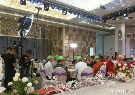 Tập thể người yêu cũ tới dự đám cưới của cô dâu.