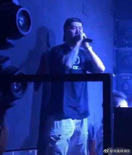 Tưởng Kình Phu làm DJ ở bar, hình xăm trên tay cùng với chiếc đồng hồ vàng lớn trên tay vô cùng bắt mắt ảnh 2
