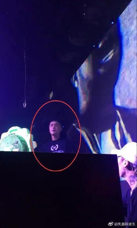 Tưởng Kình Phu làm DJ ở bar, hình xăm trên tay cùng với chiếc đồng hồ vàng lớn trên tay vô cùng bắt mắt ảnh 1