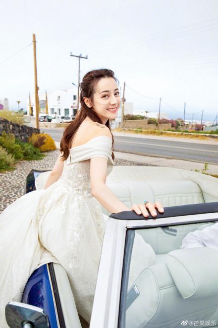 Nhờ Du lịch toàn thế giới, Địch Lệ Nhiệt Ba hoàn thành ước nguyện mặc váy cưới ở Santorini ảnh 11