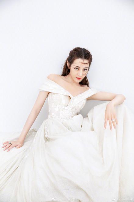 Nhờ Du lịch toàn thế giới, Địch Lệ Nhiệt Ba hoàn thành ước nguyện mặc váy cưới ở Santorini ảnh 12