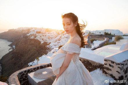 Nhờ Du lịch toàn thế giới, Địch Lệ Nhiệt Ba hoàn thành ước nguyện mặc váy cưới ở Santorini ảnh 1