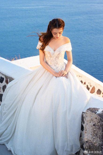 Nhờ Du lịch toàn thế giới, Địch Lệ Nhiệt Ba hoàn thành ước nguyện mặc váy cưới ở Santorini ảnh 2