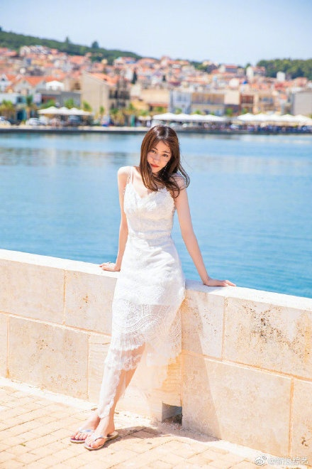 Nhờ Du lịch toàn thế giới, Địch Lệ Nhiệt Ba hoàn thành ước nguyện mặc váy cưới ở Santorini ảnh 4