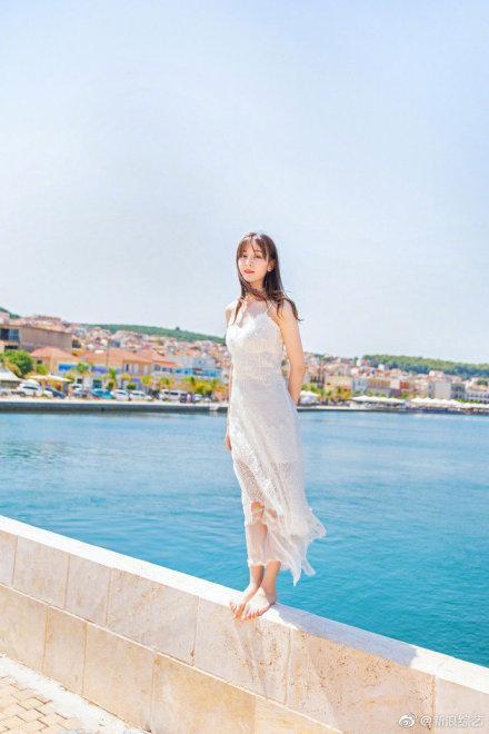 Nhờ Du lịch toàn thế giới, Địch Lệ Nhiệt Ba hoàn thành ước nguyện mặc váy cưới ở Santorini ảnh 5