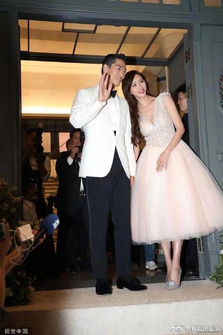 Lâm Chí Linh khoe dáng thon thả, chủ động giúp ông xã cởi áo trong buổi tiệc hậu kết hôn ảnh 1
