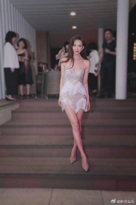 Lâm Chí Linh khoe dáng thon thả, chủ động giúp ông xã cởi áo trong buổi tiệc hậu kết hôn ảnh 2