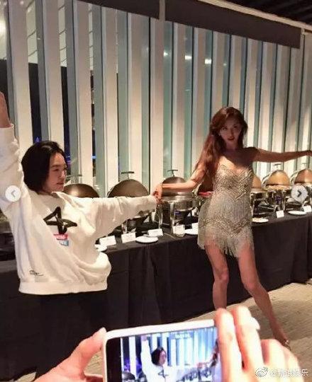 Lâm Chí Linh khoe dáng thon thả, chủ động giúp ông xã cởi áo trong buổi tiệc hậu kết hôn ảnh 3