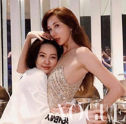 Lâm Chí Linh khoe dáng thon thả, chủ động giúp ông xã cởi áo trong buổi tiệc hậu kết hôn ảnh 7