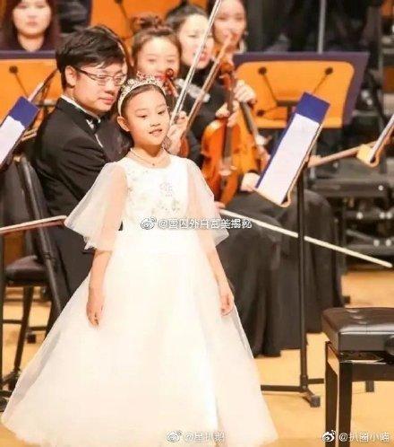 Cô bé mặc chiếc váy trắng bồng bềnh trông y hệt nàng công chúa