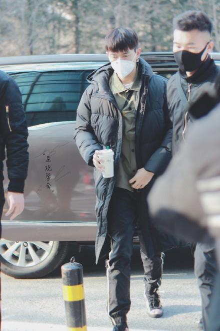 Lý Hiện cũng có mặt khá sớm, do thời tiết ở Bắc Kinh khá lạnh nên anh chàng mặc đồ tương đối kín. Điều khiến fan hâm mộ thích thú nhất chính là quả mái ngố siêu đáng yêu của anh chàng, trước đây Lý Hiện thường xuất hiện với mái tóc được vuốt lên tỉ mỉ trông vô cùng soái ca. Nhưng có vẻ sau lần này thì anh chàng đã tìm ra một kiểu tóc khác phù hợp và cũng đơn giản hơn