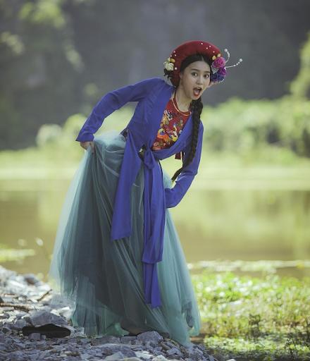 """Mặc áo tứ thân mix váy cực điệu, lại thêm áo yếm màu nổi và mấn đội đầu đính hoa kỳ công, thế nhưng Lan Ngọc lại khiến công chúng ôm bụng cười vì biểu cảm """"lầy lội"""" khi vào vai Cám."""