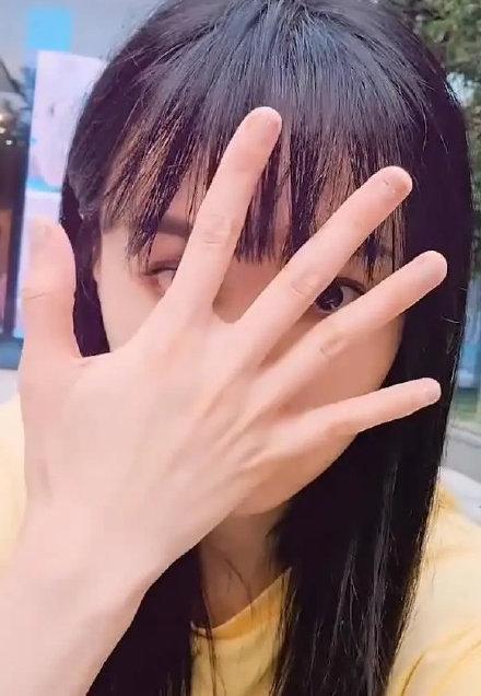 Vẻ đẹp thực sự của Trịnh Sảng dưới ống kính của người qua đường khi ngồi ngoài lề đường chụp ảnh selfie ảnh 9